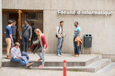 Etudiants devant la Faculté d'Informatique