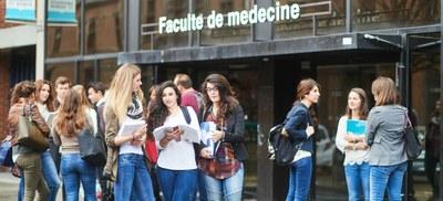 Etudiants devant la Faculté de Médecine